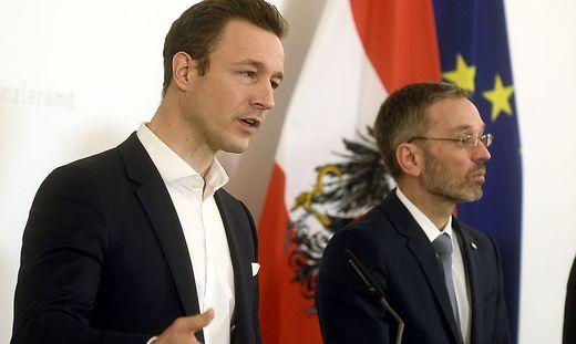 Gernot Blümel und Herbert Kickl bei einem Ministerrat im April