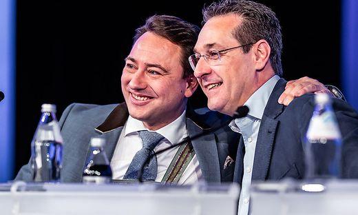 Anfang April wurde noch gemeinsam in die Kamera gelächelt, ein halbes Jahr später fordert Haimbuchner Straches Parteiausschluss
