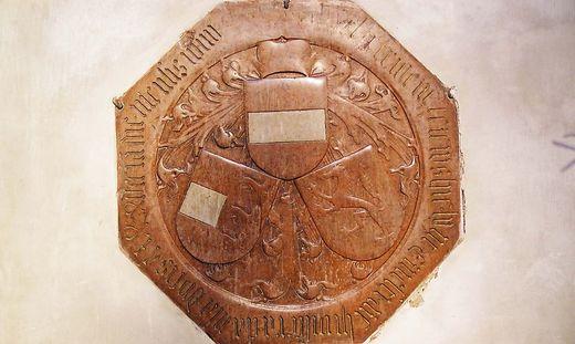 Ursprünglich war die achteckige Grabplatte aus Untersberger Marmor vor dem Hochaltar eingelegt