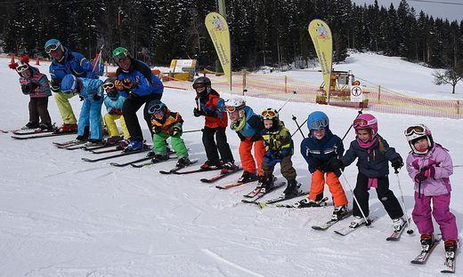 Tipps für die perfekte Technik beim Skifahren gibt es von Skilegende Fritz Strobl ( 5. v. l.)