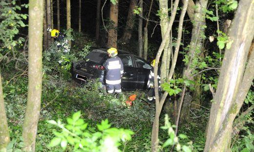 Das Fahrzeug stürzte 20 Meter über eine Böschung ab