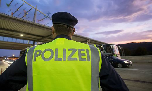 Polizist kontrolliert