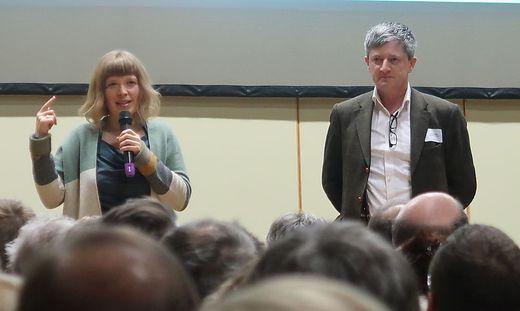 Regisseurin Teresa Distelberger und Bürgermeister Fritz Pichler in der vollen Sport- und Kulturhalle