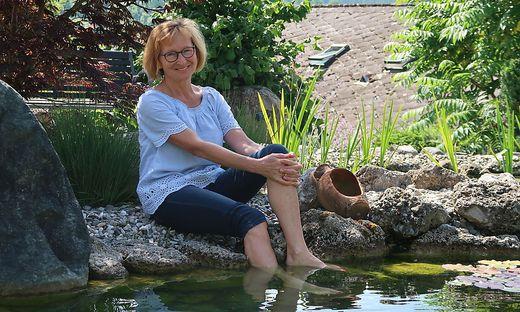Herma Krenn kann zuhause am Teich von ihrer Tätigkeit als Sozialbegleiterin abschalten