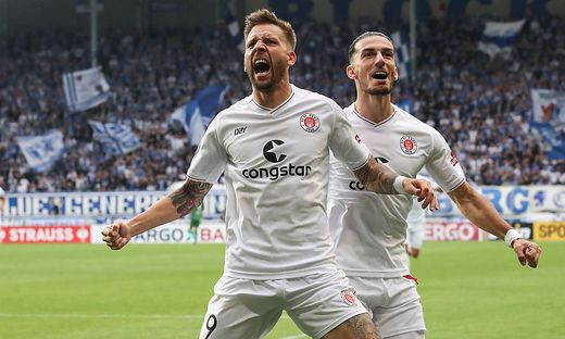 Torjubel - Torsch�tze Guido Burgstaller (FC St. Pauli,9) trifft zum 0-1 - 1. DFB Pokal Hauptrunde Fu�ball Saison 2021-20