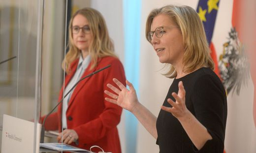 """Präsentierten """"KI-Strategie"""" der Regierung: Klimaschutzministerin Leonore Gewessler und Wirtschaftsministerin Margarete Schramböck"""
