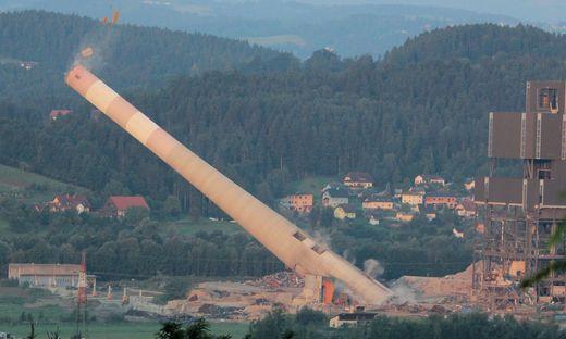 Der 180 Meter hohe Kamin fällt endlich