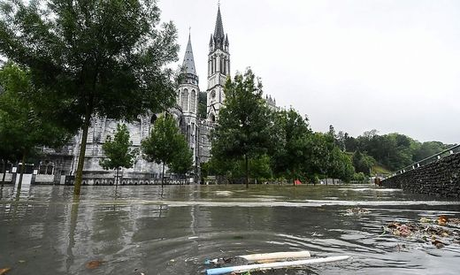Mariengrotte und die Pilgerbassins stehen unter Wasser