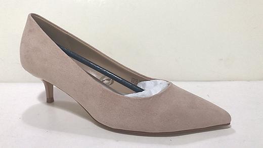 """Der betroffene Schuh mit dem Produktnamen """"Wide Fit Kitten Heel Court Shoe"""""""