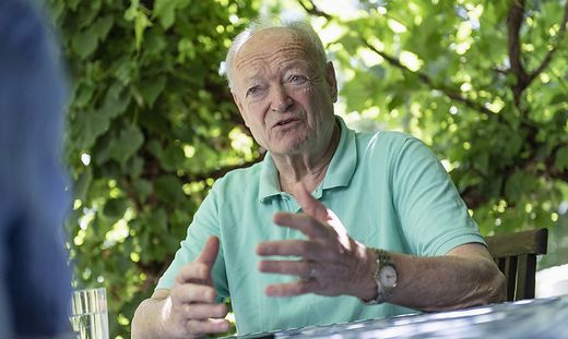 Andreas Khol in seinem Gartein in Wien. Der langjährige ÖVP-Spitzenpolitiker feuert am 14. Juli seinen 80. Geburtstag.