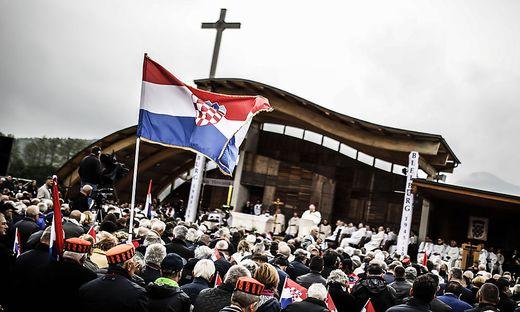 Ruhig und gesittet ging die Heilige Messe am Loibacher Feld über die Bühne