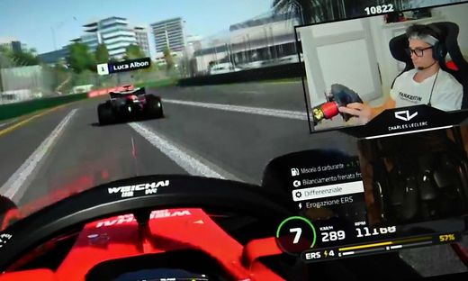 Leclerc beim Spielen im Simulator