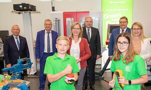 Christian Purrer, Anton Lang, Leonore Gewessler, Hermann Schützenhöfer, Martin Graf und Margarete Schramböck gemeinsam mit den Lehrlingen bei der Eröffnung des E-Campus