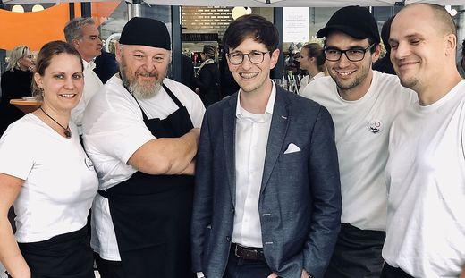Inhaber Lorenz Reichel mit seiner Küchencrew in seinem neuen Lokal beim LKH Graz