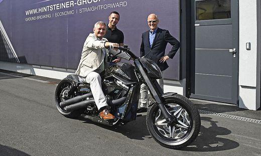 Christian Sander, Martin Hintsteiner und Wirtschaftsfrühstück-Organisator Siegfried Nerath mit der Karbon-Harley