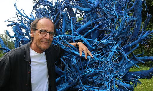 Manfred Bockelmann hat die Baumwurzel markiert