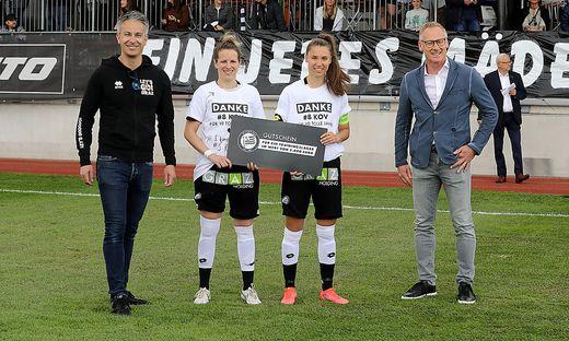 Stefanie Kovacs und Stefanie Grossgasteiger nahmen das Geschenk von Sport-Stadtrat Kurt Hohensinner und Sturm-Vorstandsmitglied Peter Schaller entgegen
