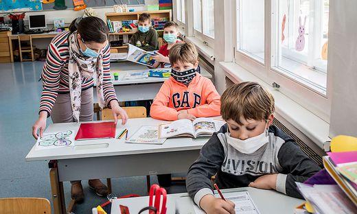 Corona Covid-19 VS 8 Klagenfurt Dr. Karl Renner Schule Unterricht mit Masken
