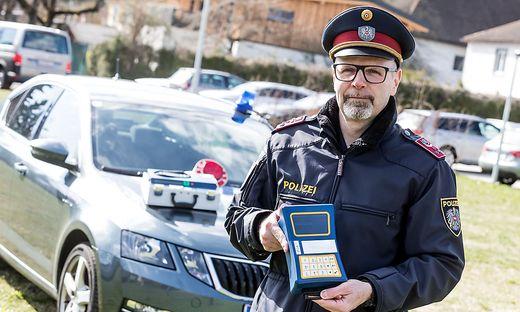 Polizist Christian Eder mit dem Vortest-Gerät für Suchtgift