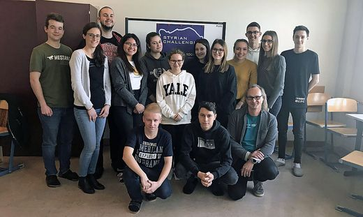 Die 13 Teilnehmer der HAK Leibnitz mit ihren Betreuern Sandra Pucher und Börge Kummert
