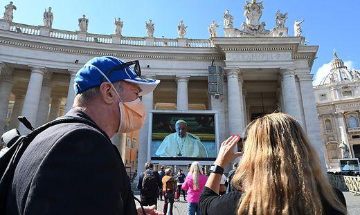 TOPSHOT-VATICAN-POPE-ANGELUS-HEALTH-VIRUS