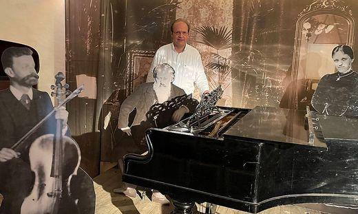 Ronald Fuchs im Brahms Museum bei einem der Hauptattraktionen des Museums, dem Brahms-Flügel