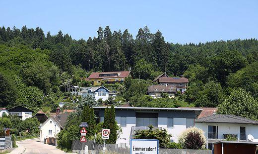 Über dem Gasthof Stossier (gelbes Haus, oben) soll die Sendeanlage errichtet werden.