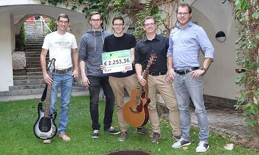 """Fünf der sechs Musiker präsentieren den Scheck für """"Steirer helfen Steirern"""""""