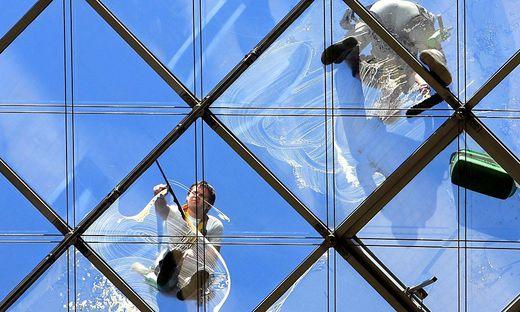 Glasklar: Fenster brauchen Pflege über das Putzen hinaus – so einfach geht's.