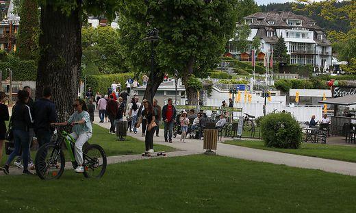 In Velden sind an schönen Tagen hunderte Menschen unterwegs. Jetzt steigt die Sorge um weitere Corona-Infektionen (Archivfoto), Cluster, Praktikanten, Hotels, Kärnten, Wörthersee, Gastronomie