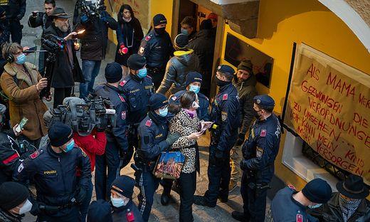 Die Cafe-Betreiberin hatte die Aktion bei einer Corona-Demo im Vorfeld und auch gegenüber Medien angekündigt