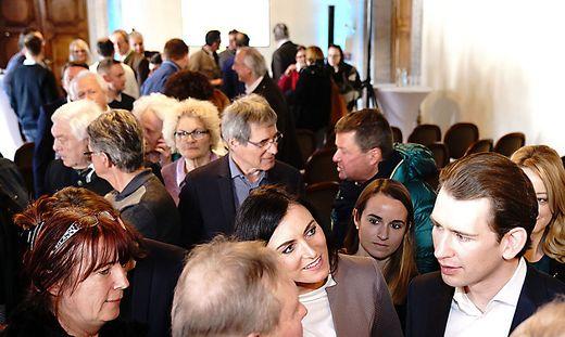 Ministerin Elisabeth Köstinger und Bundeskanzler Sebastian Kurz wurden in Spittal von den Zuhörern förmlich gestürmt