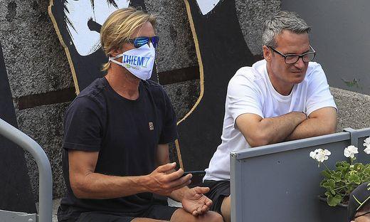 Feature, Trainer, coach Fernando Vicente (mit Corona Maske) und Galo Blanco sitzen in der Spielerloge und beobachten ein