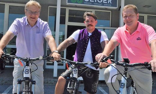 Bürgermeister Josef Hauptmann, Bike-Center-Betreiber Oliver Geiger und Vizebürgermeister Alois Rath