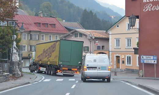 Pro Tag zwängen sich tausende Autos und Schwertransporter durch Greifenburgs Zentrum