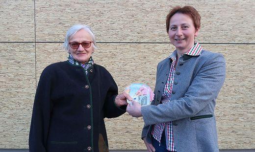 Elisabeth Tschuschnigg und Petra Erndl mit der Spende
