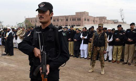 Pakistan: Attentäter reißt Betende mit in den Tod