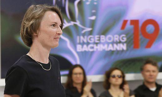 Julia Jost bei der Verleihung des Preises, hinter ihr Zuseher.