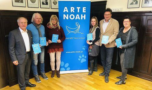 Das Arte Noah-Team um Obmann Ludwig Haas (2.v.li.) mit Bürgermeister Josef Ober (li.) und Feldbachs Kulturreferent Michael Mehsner (2.v.re.)