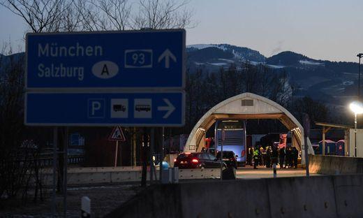 Deutsche Polizisten kontrollieren im bayerischen  Kiefersfelden  Reisende aus Tirol