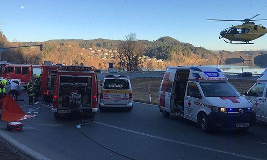 Feuerwehrwägen und zwei Rettungshubschrauber waren am Unfallort