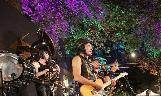 Bringen die Kaiserfeldgasse zum Grooven: die OOZ Band