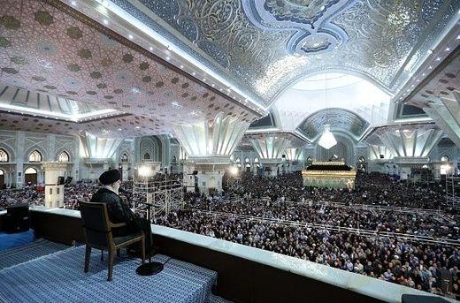 Irans oberster Führer Ali Chameni huldigt seinem verstorbenen Vorgänger Ajatollah Chomeini in dessen Mausoleum südlich von Teheran