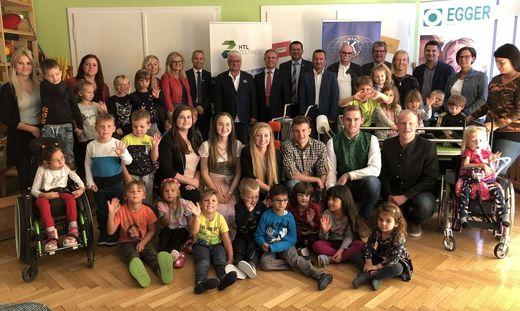 Die Absolventen mit Sponsoren, Lehrern, Ehrengästen und natürlich den Kindern des Heilpädagogischen Kindergartens