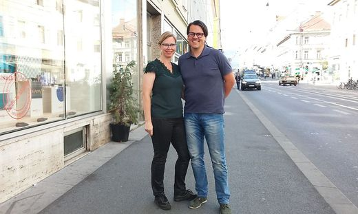 """Kurt Otter, hier mit Frau Birgit, ist leidenschaftlicher Optiker und """"Annenstraßler""""."""