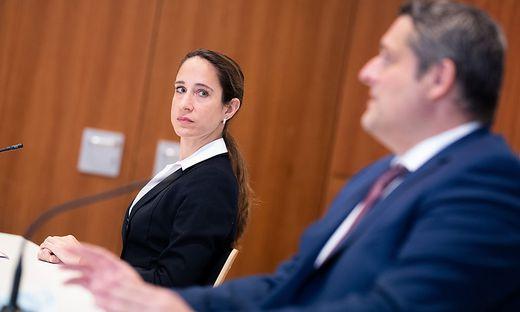 Michael Lohnegger, Leiter der  Ermittlungsgruppe, und Nina Bussek, Sprecherin der Staatsanwaltschaft