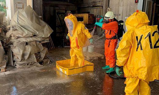 Die Feuerwehrkameraden waren mit Chemieschutzanzügen im Einsatz