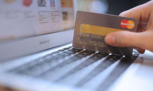 Sujetbild: Rezeptionistin kaufte in Tirol mit Kreditkarte von Hotelgast ein
