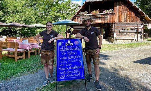 """Katrin Grünewald und René Gallmayer vor der Mostschenke """"Mesnerhaus""""."""