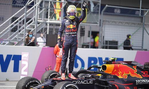 Max Verstappen fuhr vor einer orangen Wand zum Sieg